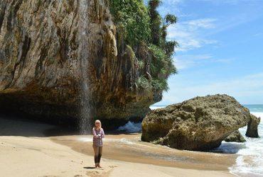 Pantai Seruni, Keindahan Pantai Tersembunyi dengan Pesona Air Terjun